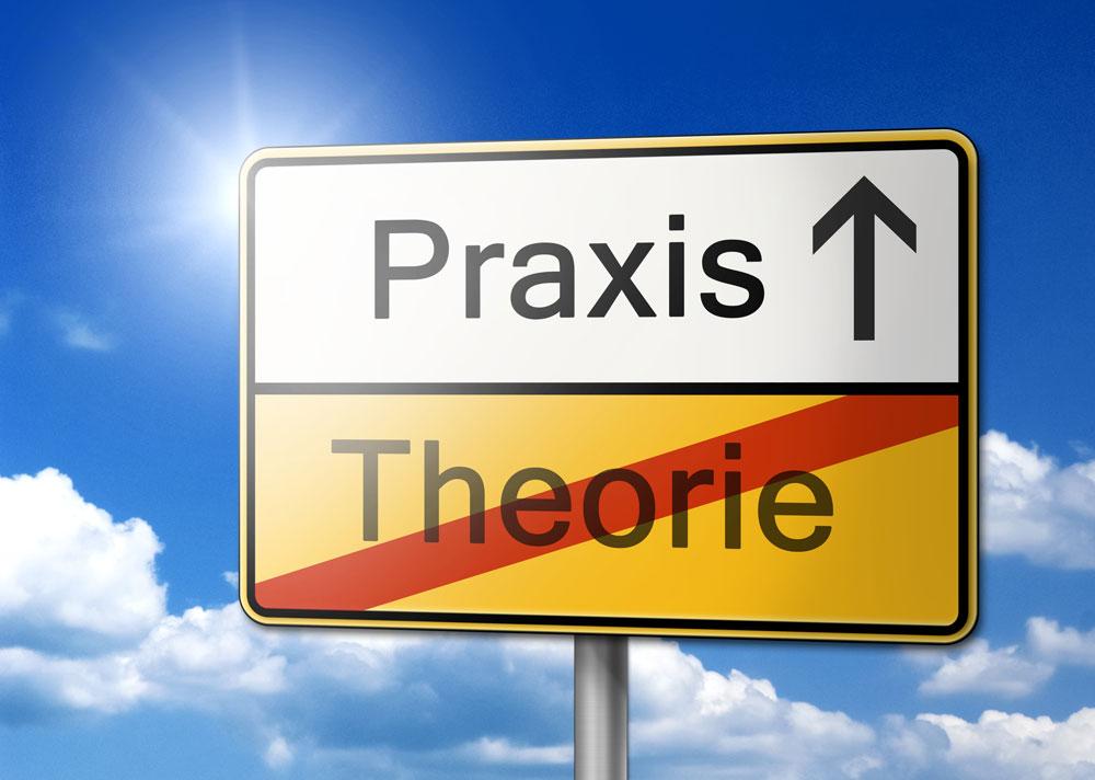 Straßenschild Praxis-Theorie